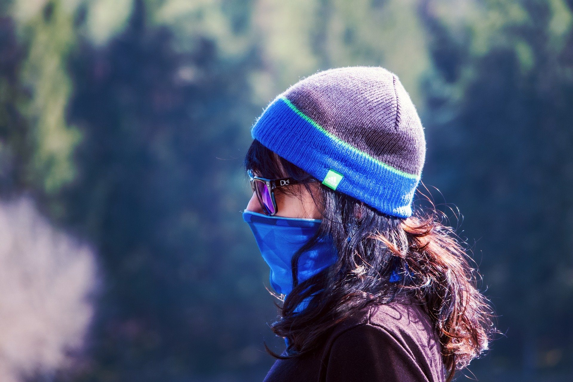 Lady outdoors wearing a protective facemask during the Coronavisu pandemic